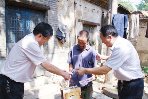 法局党组派人赴淄川区北黄崖村、双井村对确定的3户贫困家庭进行入