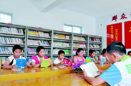 儿童在农家书屋阅读图书