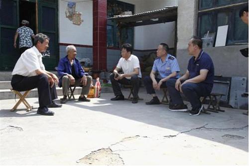 峨庄村走访慰问老党员和生活困难 详细了解困难群众家庭情况以及遇