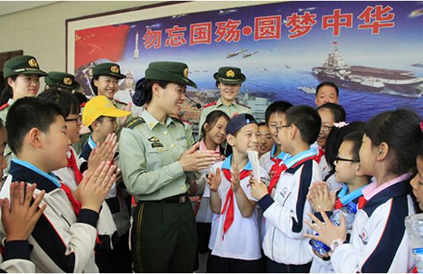 刘公岛边防派出所女警官在为古寨小学生讲解甲午海战