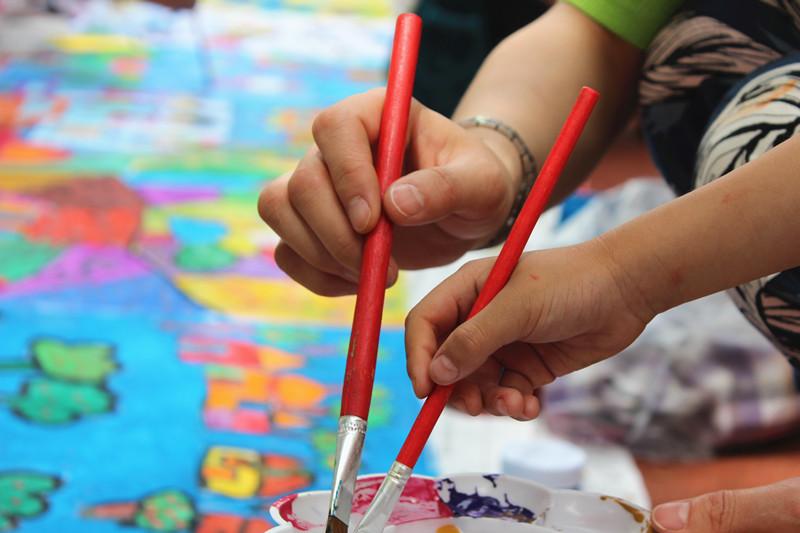 是世界上最灵巧的画笔,只要允许孩子自由尝试,几乎具有无穷的表现力。六一儿童节,在属于孩子们的节日里,他们内心期盼着能和平日里忙绿的爸爸妈妈一起渡过。在这一天,淄博沂源实验幼儿园的孩子们与家长一起点点画画,或用脚丫,或用画笔,或用蔬菜拓印完成了一幅幅童真而美轮美奂的作品,孩子们在一片欢声笑语声中渡过了难忘的六一儿童节。  孩子们绘制大手小手  大手牵小手,一起来画画  孩子们拿起画笔同画一幅画  大手小手拿起画笔同画一幅画  一位妈妈耐心的教儿子画画技巧  大手小手共渡六一儿童节  绘画完成