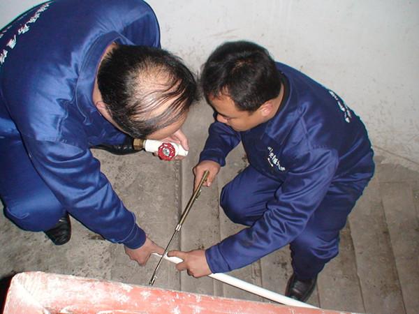 主要事迹   张继顺房屋维修服务热线于2003年5月开通。这是淄博市首条房屋维修专线,24小时畅通。组建了6支维修服务队,对张店城区划分为6个服务区,实施就近维修服务。自热线开通以来,已向社会发放会员卡6000多张,接到报修电话10000多个,维修及时率100%,电话回访率100%,住户满意率99%,不管是白天还是黑夜,不管是节假日还是休息时间,只要接到报修电话,都能1小时内赶到现场,当日维修并排除故障。    每年3-4月份,9-10月份都集中开展张继顺房屋维修热线进社区活动。分别走进中心城区7